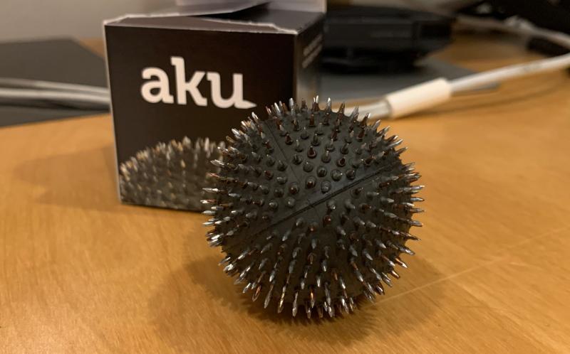 一見毒々しいトゲトゲボールで簡単にストレス解消!ツボマッサージ器「AKU」を使ってみました