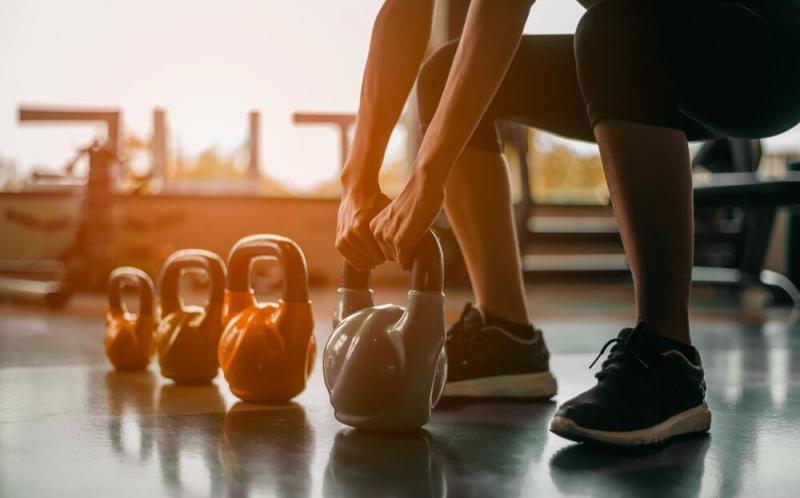 自宅フィットネスの必須要素がバランスよく詰まった合理的なトレーニング法「ケトルベルスウィング」とは?