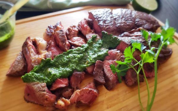 グラスフェッドビーフのステーキ チミチュリソース