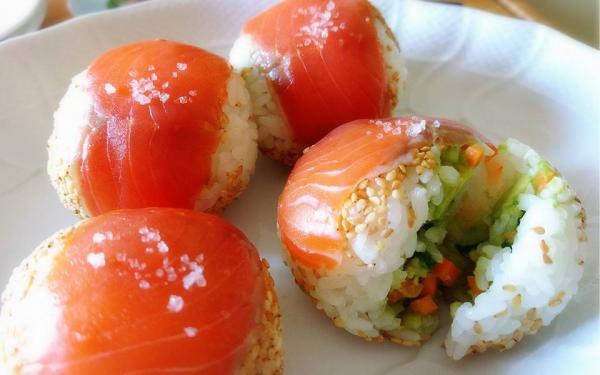 スモークサーモンとアボカドの手まり鮨