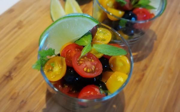 トマトとブルーベリーのカラフルサラダ