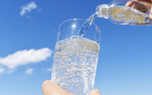 水の代わりに炭酸水をたくさん飲んでも大丈夫?正しい炭酸水の知識。