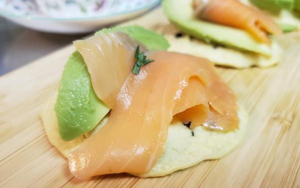 カリフラワーパンケーキのアボカドサーモンサンド~geefeeレシピ~